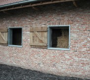 vensterkader in metaal met houten luik