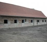 deurkaders in metaal met tweedelige houten deur