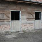 metalen deurkader met houten deur