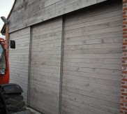 metalen poort met hout afgewerkt