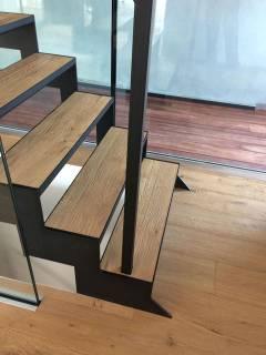 Moderne trap afgewerkt met treden van parket